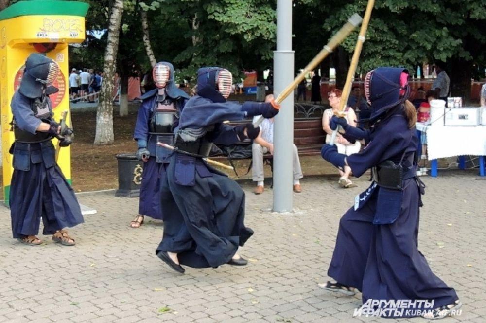 Показательные выступления фехтовальщиков кендо, эту технику владения мечом почерпнули у японских самураев.