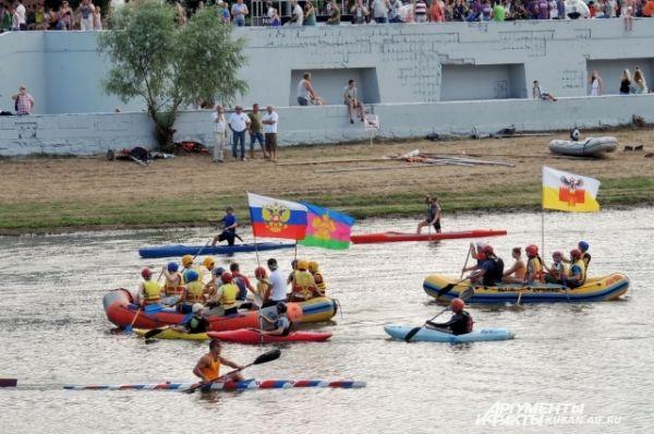 Во время торжественного открытия на глади озера Затон прошел парад водных видов спорта.