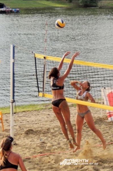 На территории пляжа имеются зоны для игры в волейбол.