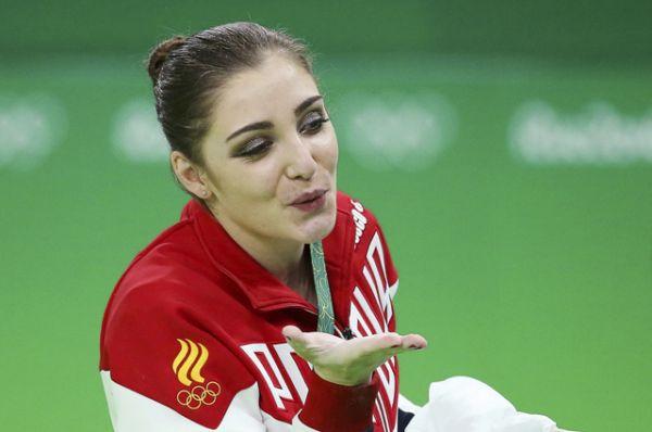 Гимнастка Алия Мустафина принесла России золото в упражнении на брусьях.