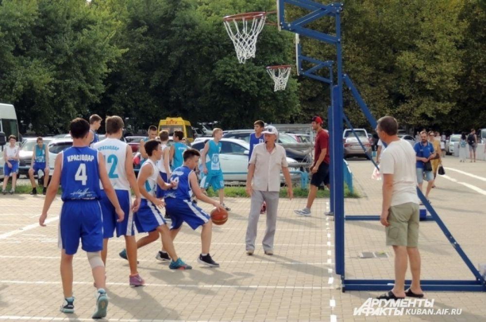 Мастер-класс на празднике провели краснодарские баскетболисты.