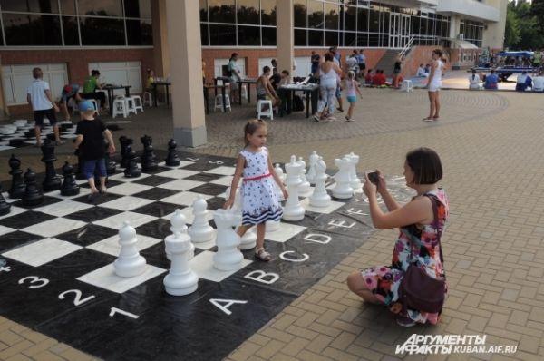 Шахматы на празднике имелись и большие...