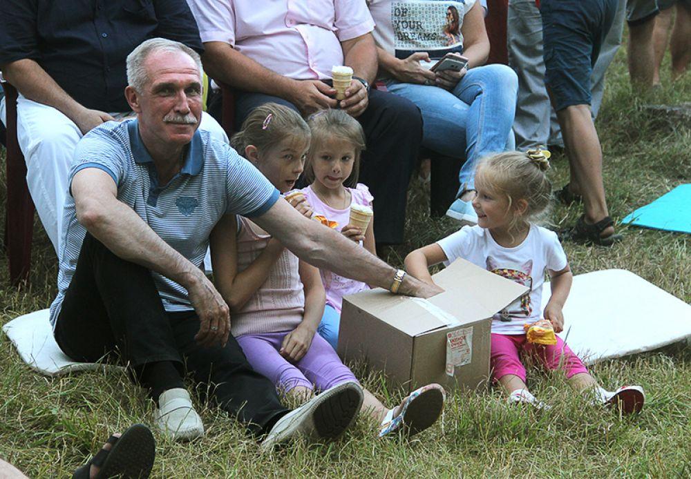 Губернатор раздаёт детям мороженое