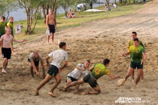 В рамках праздника краснодарцы могли попробовать поиграть в регби.