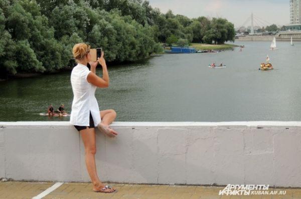 Гости праздника снимали парад водных видов спорта на видео.