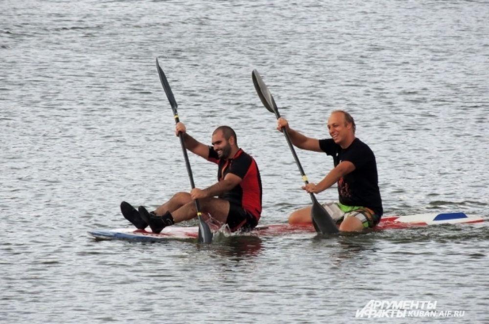 В Краснодаре успешно тренируются мастера водных видов спорта, они и продемонстрировали зрителям свои умения.