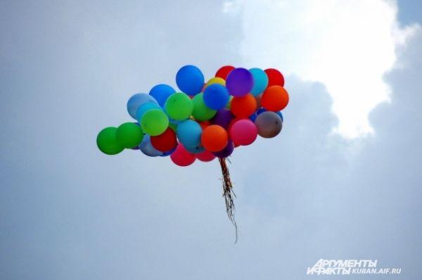 В честь Дня физкультурника и открытия пляжа в небо запустили воздушные шары.