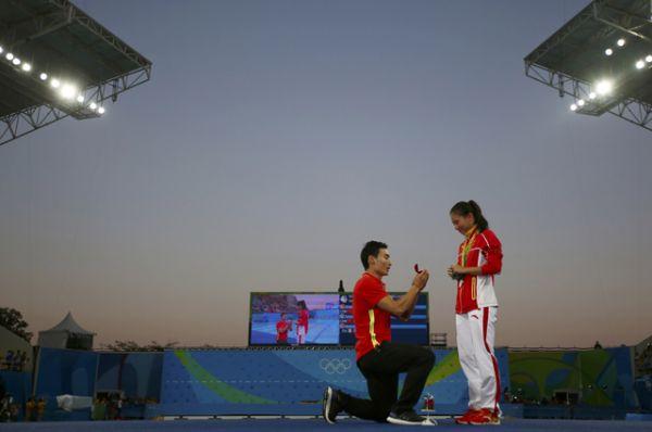 Китайский олимпиец сделал предложение коллеге по сборной по прыжкам в воду на церемонии награждения.