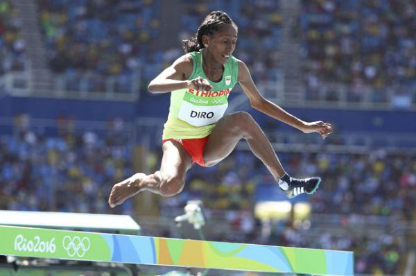 Спортсменка из Эфиопии Этенеш Диро в забеге на 3000 метров с препятствиями упала на середине дистанции с другими бегуньями и повредила кроссовок, но сняла его и добежала дистанцию босиком.