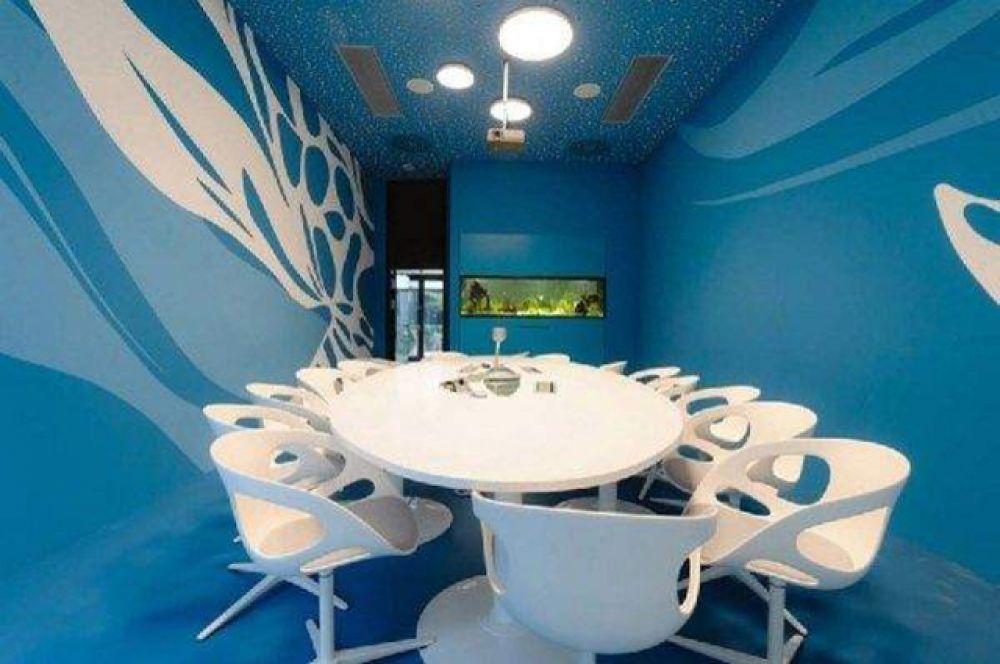 Такой стильный конференц-зал в сине-белых тонах находится в венском офисе Microsoft