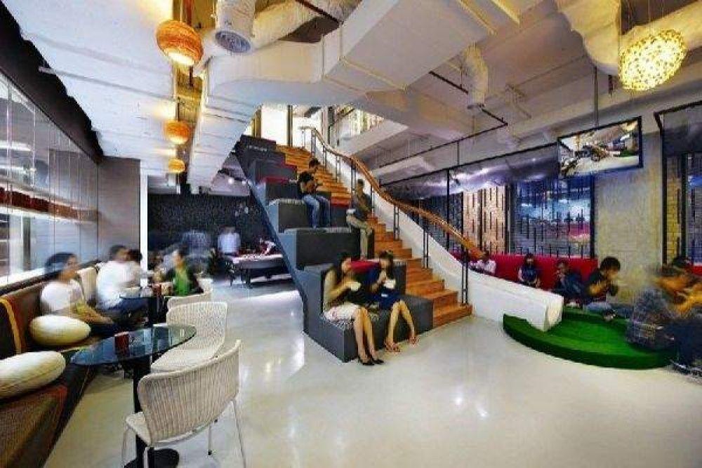 Офис Ogilvy & Mather, который находится в Индонезии, может похвалится вот такой лестницей, которую превратили в зону отдыха и место для развлечений
