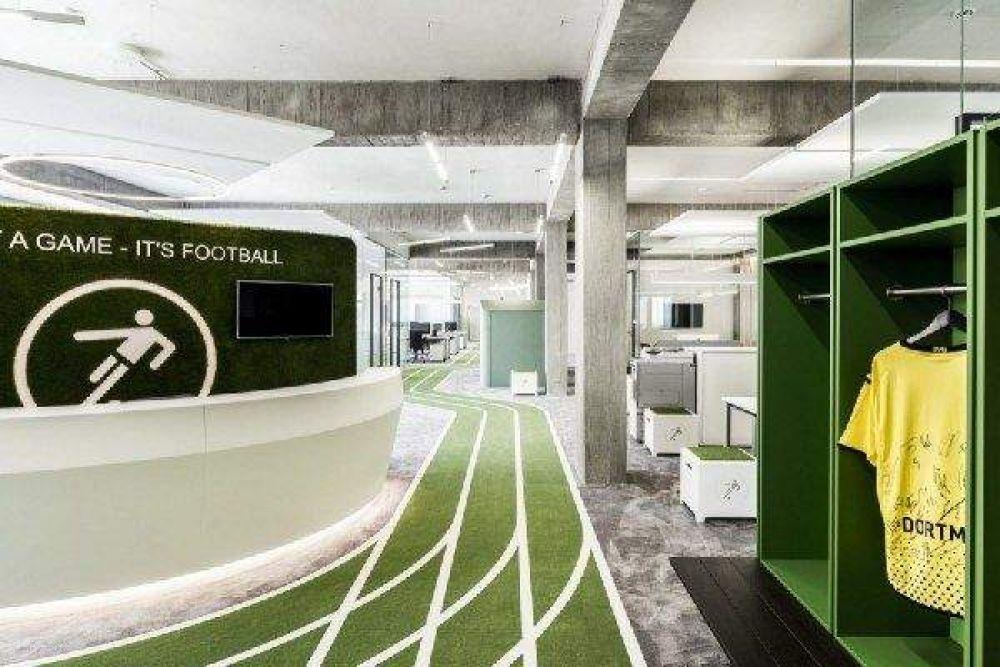 А в этом офисе все по-спортивному, даже есть несколько спортивных площадок. Неудивительно, что офис принадлежит именно футбольному сервису Onefootball