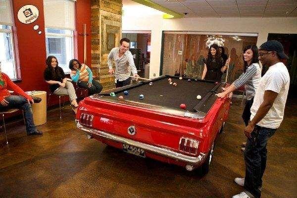 Такой бильярдный стол, стилизованный под Ford Mustang, находится в офисе компании Quicken Loans