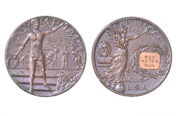 С 1904 года начали награждать золотыми, серебряными и бронзовыми медалями троих победителей, а не двоих, как было раньше. На лицевой стороне — Ника, держащая лавровый венок и пальмовый лист, на оборотной — атлет, держащий лавровый венок.