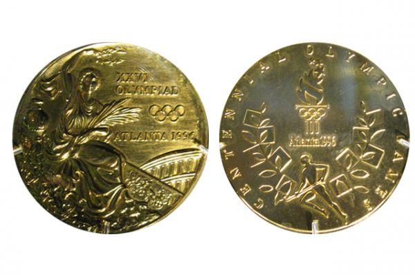 1996 год, Олимпиада в Атланте. На лицевой стороне медали — новая интерпретация старого изображения, на оборотной стороне — стилизованная оливковая ветвь, логотип игр в Атланте и надпись «Столетние Олимпийские Игры». На ребро нанесена надпись «Комитет Олимпийских игр Атланты».