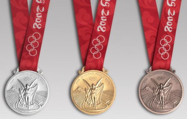 Для Олимпиады 2008 года в Пекине на оборотной стороне медалей было решено выгравировать эмблему игр и олимпийские кольца, а на лицевой — богиню победы на фоне греческого стадиона Панатинаико, который был перестроен специально для первых в новейшей истории игр в 1896 году.