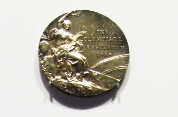 Медаль IX летних Олимпийских игр в Амстердаме в 1928 году. Дизайн лицевой стороны оставался таким до 2004 года.