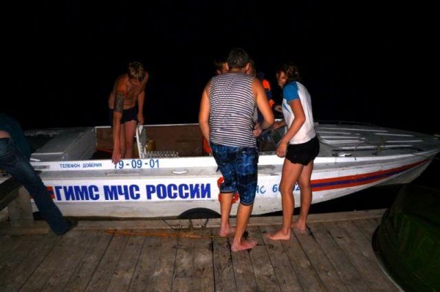 Очевидцы с берега пытались помочь тонувшим, но все безрезультатно.