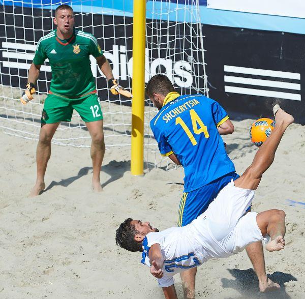 Лучший вратарь мира по пляжному футболу из украинской сборной внимательно следил за мячом