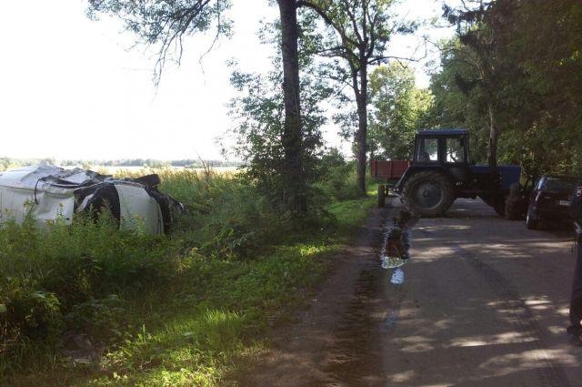 Под Калининградом трактор протаранил два автомобиля.