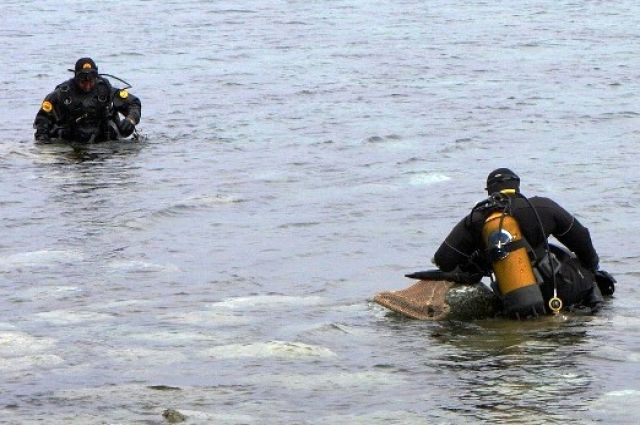 Водолазы ищут тело 29-летнего мужчины.