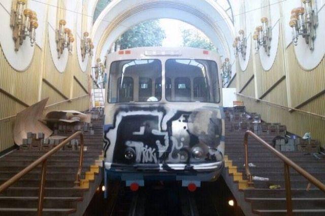 Вандализм среди дня: ВКиеве разрисовали фуникулер исорвали его запуск