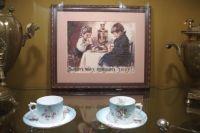 Хозяйка не только разливала гостям чай, но и занимала их беседой