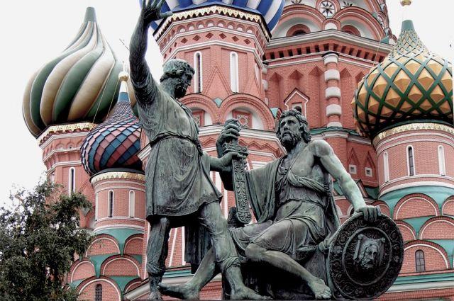 Памятник Минину и Пожарскому на фоне Собора Василия Блаженного.