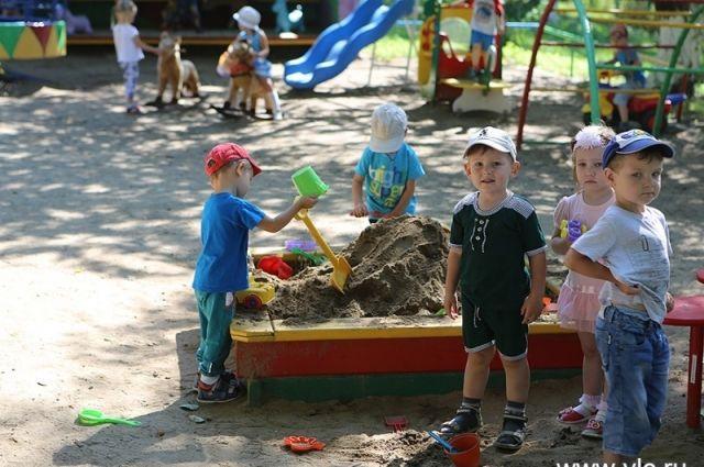 Взрослые делают все, чтобы дети спокойно играли и учились.