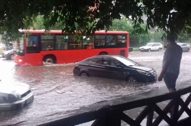 Во время ливневых дождей многие дороги превращаются в озера.