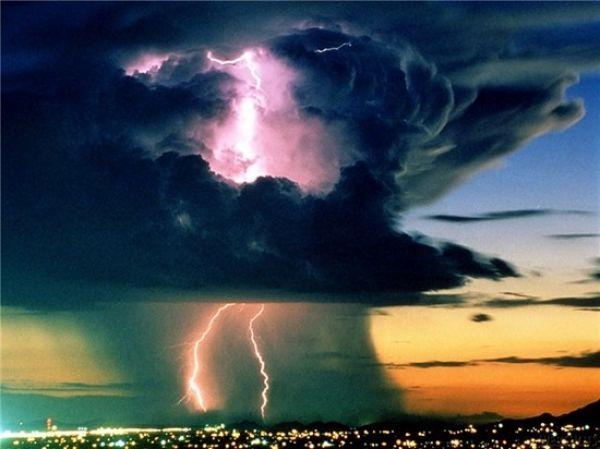 Грозовые разряды или молнии тоже относятся к смертельному виду природных явлений. Сама по себе молния приводит людей в состояние обеспокоенности