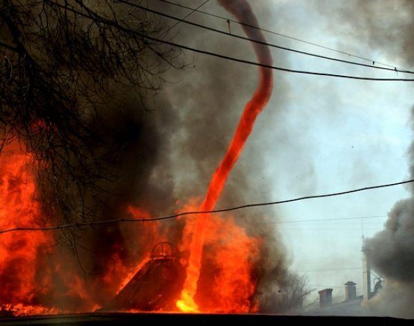 Огненный смерч - очень редкое явление, но очень пугающее