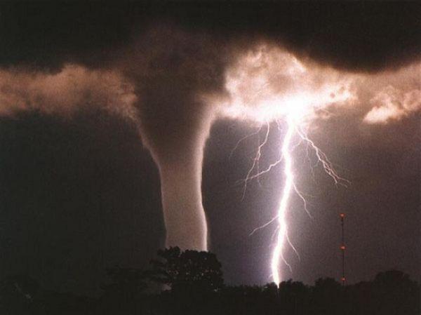 Жуткий кадр торнадо с молнией