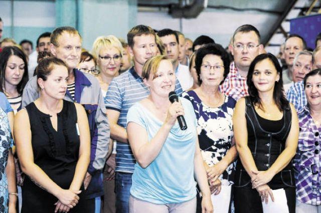 Пообщаться с губернатором пришли около 300 работников завода, которые задали ему насущные вопросы.