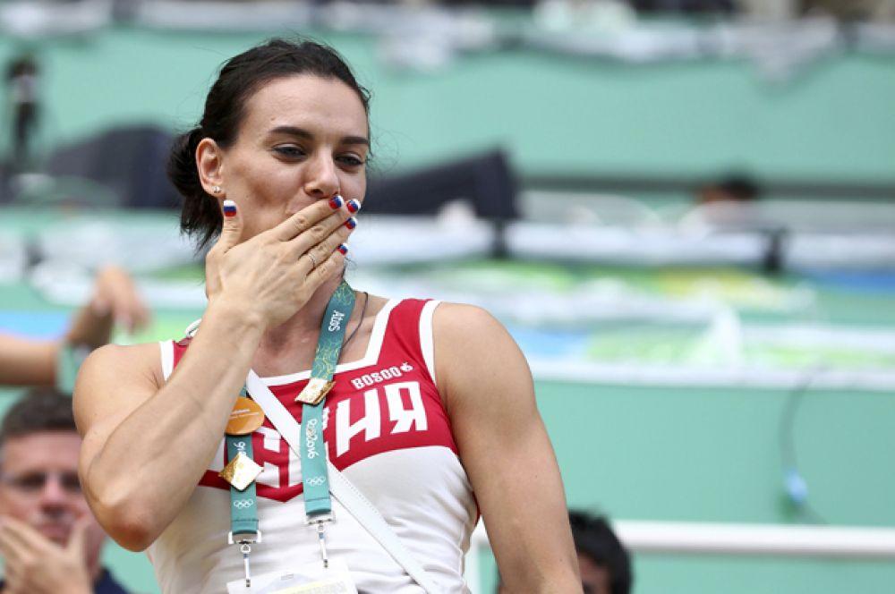 Спортсменка посетила финал соревнований по синхронному плаванию, где Светлана Ромашина и Наталья Ищенко завоевали золото.