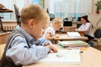 При подборе мебели для школьника следует обратить внимание на качество и габариты стола и стула, и при их расположении позаботиться о правильном свете