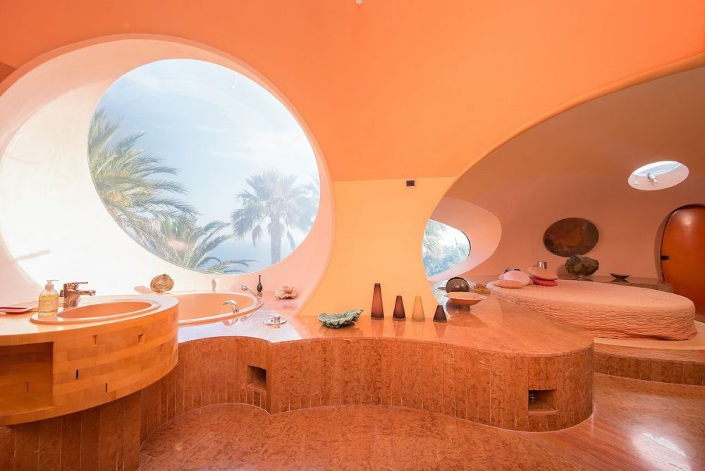 Изначально дом разрабатывался для известного модельера Пьера Кардена