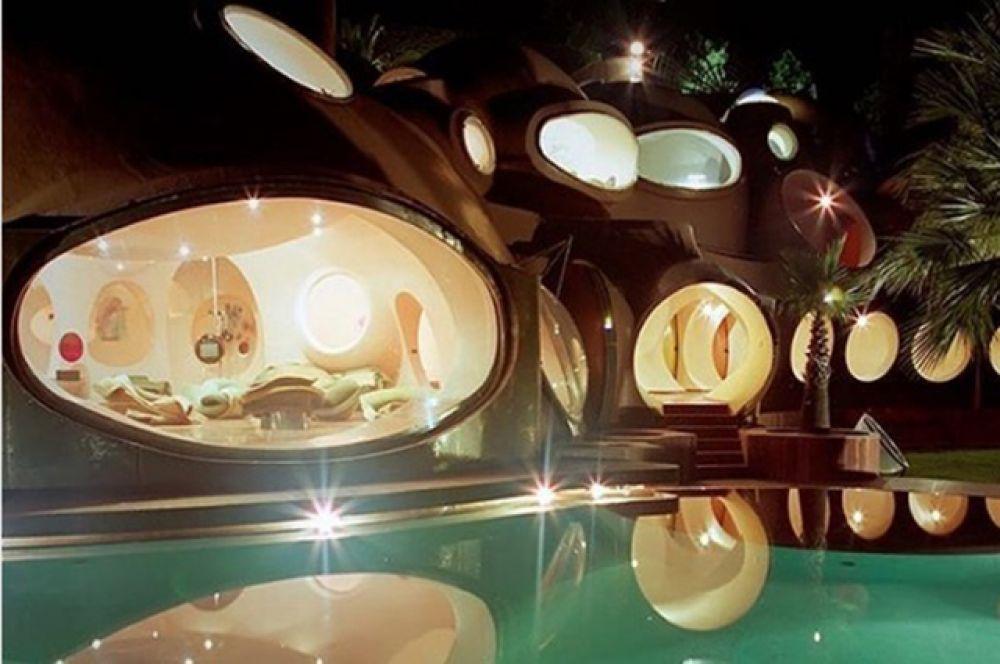 Отличная работа от архитектора из Венгрии, Антти Ловага. Вечером это чудо выглядит еще более сказочным