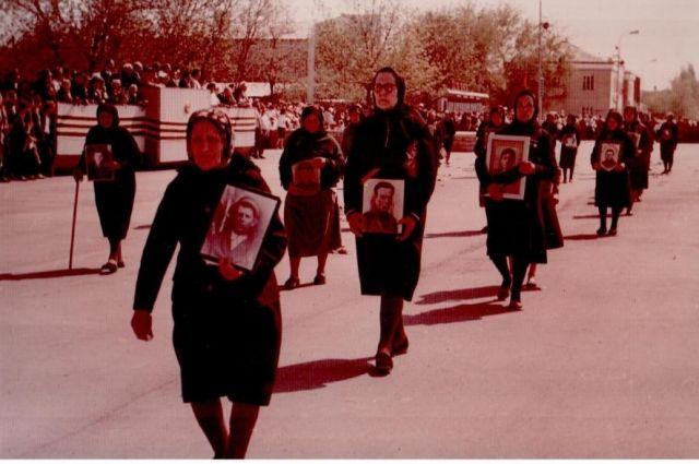 1985 год. Тацинка. Матери в чёрных одеяниях вновь прошли с портретами своих сыновей.