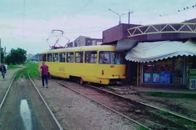 Трамвай вХарькове сошел срельсов иврезался вкиоск