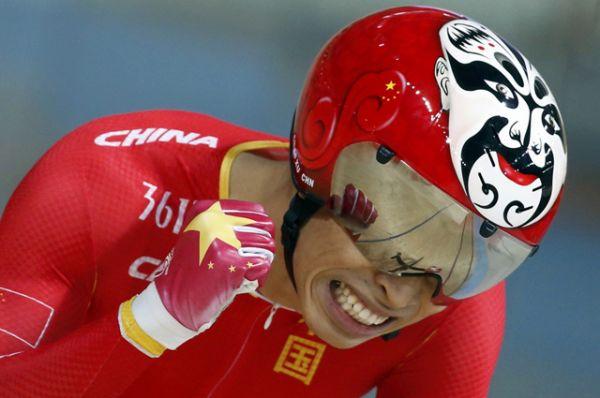 Велогонщик из Китая Сюй Чао выступал в разрисованном шлеме.
