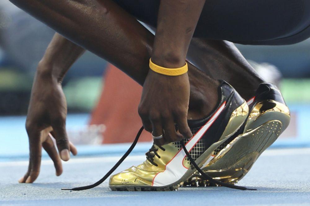 Ямайский бегун Усэйн Болт, ставший семикратным олимпийским чемпионом, пробежал дистанцию в золотых кроссовках.