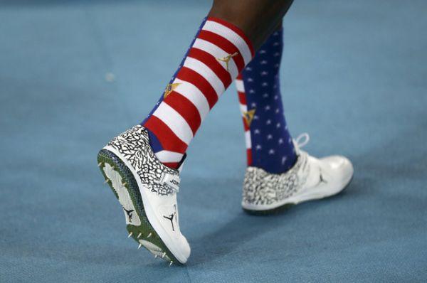 Американский легкоатлет Эрик Кинард выступил в носках цвета флага своей страны.