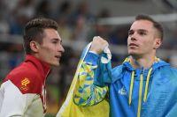 Слева направо: Давид Белявский (Россия) и Олег Верняев (Украина) после завершения упражнений на брусьях на соревнованиях по спортивной гимнастике среди мужчин на XXXI летних Олимпийских играх, перед началом церемонии награждения.