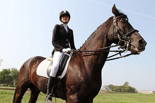 Юлия Басалаева тоже говорит, что у её коня по кличке Голливуд не простой характер. Но если он его проявляет, то нельзя пришпоривать, а то может взбрыкнуть.