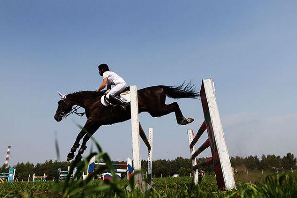Препятствий на пути у пары спортсменов так много, что кажется конь чаще находится в воздухе.