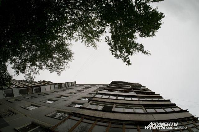 Накрыше 9-этажки вНовосибирске висели наруках две девушки