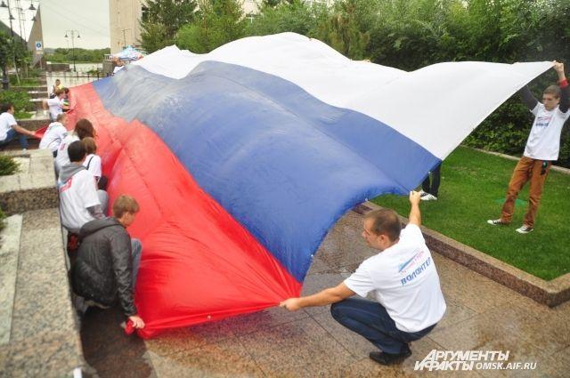 Омичи ежегодно отмечают День флага.