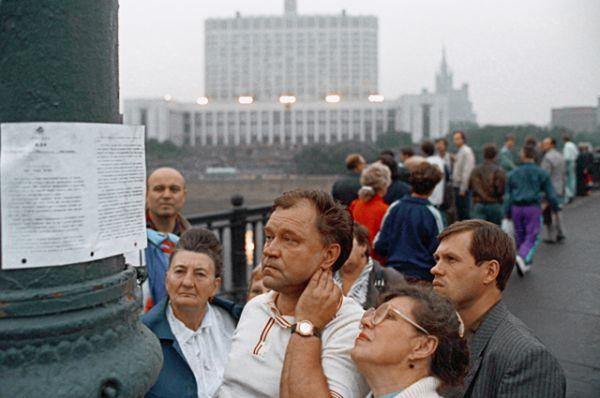Встревоженные москвичи читают воззвание ГКЧП, расклеенное на улицах города 19 августа 1991 года.