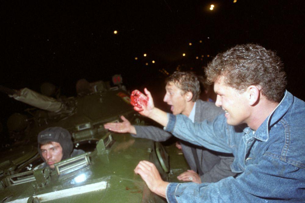 Мирное население столкнулось с военными. События в ночь на 21 августа на Садовом кольце в районе улицы Чайковского.